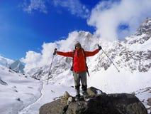 Vincitore sulla cima, montagne dell'Himalaya, trekker del Trekker dell'uomo dopo il viaggio al campo base di Everest Fotografia Stock
