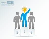 Vincitori creativi del premio di affari dell'uomo di idea Riuscita gente sul podio Immagine Stock Libera da Diritti