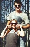 Vinculación adolescente de los pares, presentando junto Foto de archivo