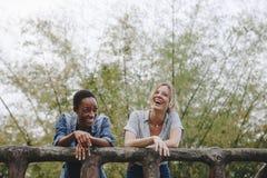 Vinculación adulta femenina joven de la amistad de dos amigos al aire libre, libertad y concepto al aire libre imagen de archivo