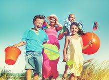 Vinculación alegre de la familia por el concepto del día de fiesta de la playa Imagen de archivo libre de regalías