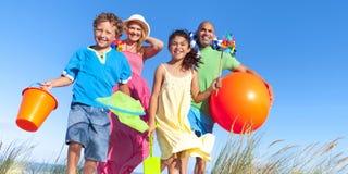 Vinculación alegre de la familia por el concepto del día de fiesta de la playa Fotos de archivo libres de regalías