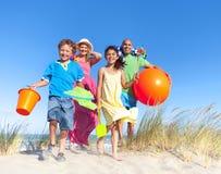 Vinculación alegre de la familia por la playa Fotografía de archivo libre de regalías