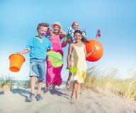 Vinculación alegre de la familia por la playa Imagen de archivo libre de regalías