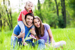 Vinculación joven de la familia en parque Imágenes de archivo libres de regalías