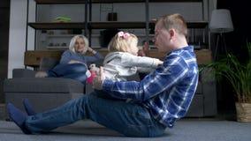 Vinculación linda de la niña pequeña con el papá de amor en casa almacen de metraje de vídeo