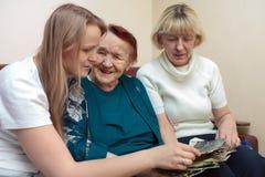 Vinculación de la abuela, de la mamá y de la hija Foto de archivo libre de regalías
