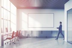 Vindöppet utrymmekontor, whiteboard, affärsman Arkivfoton