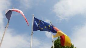 Vind över franska, tysk och europeisk facklig flagga stock video