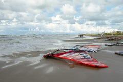 Vind-bränning stiger ombord för loppet på stranden Royaltyfri Bild