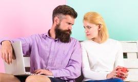 Vind compromis Paar met laptop die op film gaan letten De familie besteedt samen vrije tijd Het paar die film kiezen en heeft stock fotografie