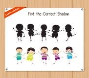 Vind de correcte schaduw, onderwijsspel voor kinderen - grappige Jonge geitjes Stock Foto