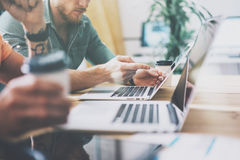 Vind för design för inre för social Working Wood Table för marknadsföringshandelchef bärbar dator modern Studio för Coworkersproc arkivbilder