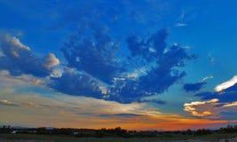 Vind fördunklar i den blåa himlen arkivfoto
