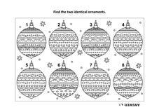 Vind het visuele raadsel van twee identieke Kerstmisornamenten en de kleurende pagina stock illustratie
