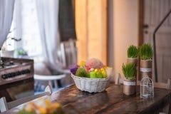 Vind-huset dekoreras för påsk Påskdekorhem royaltyfria bilder