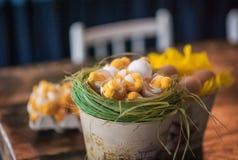 Vind-huset dekoreras för påsk Påskdekorhem fotografering för bildbyråer