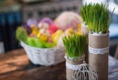 Vind-huset dekoreras för påsk Påskdekorhem arkivfoton