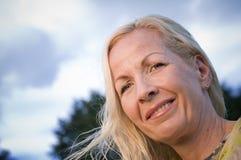Vind i hår av den blonda kvinnan Royaltyfria Bilder