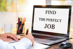 Vind Perfect Job Concept On Laptop Screen royalty-vrije stock afbeelding