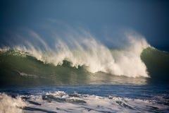 Vind piskade sprejlöneförhöjninghighabovef vågorna som rullar in i kust Arkivfoton