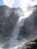 Vind skingrar vattenfallet Royaltyfri Foto