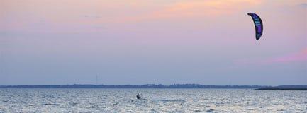 Vind som surfar på solnedgången Royaltyfri Bild
