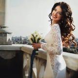 Vind spelar med brudens curluhår på balkongen Fotografering för Bildbyråer