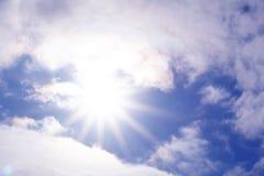 Vinden skjuter knappast molnen över himlen, synliga strålar av solen royaltyfria foton