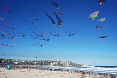Vindfestival på den Bondi stranden, Sydney, Australien på 10 September 2017 Färgrika drakar i himlen som berömd händelse på Bondi Royaltyfri Foto