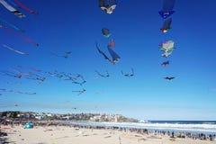Vindfestival på den Bondi stranden, Sydney, Australien på 10 September 2017 Färgrika drakar i himlen som berömd händelse på Bondi Royaltyfri Bild