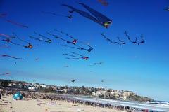 Vindfestival på den Bondi stranden, Sydney, Australien på 10 September 2017 Färgrika drakar i himlen som berömd händelse på Bondi Arkivfoto
