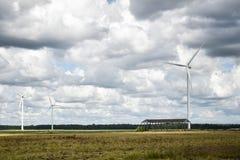 Vindgeneratorn parkerar i den västra Lettland Arkivfoto