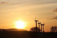 Vindkraftstation i solnedgång Romantisk afton och moderna teknologier av ekologiskt ren elektricitet Skydd av enviroen Royaltyfri Fotografi