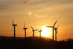 Vindkraftstation i solnedgång Romantisk afton och moderna teknologier av ekologiskt ren elektricitet Skydd av enviroen Arkivbild