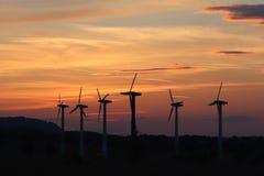 Vindkraftstation i solnedgång Romantisk afton och moderna teknologier av ekologiskt ren elektricitet Skydd av enviroen Royaltyfri Bild
