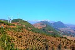Vindkrafttornet på sceniskt område Dongchuan för röd jord arkivbilder