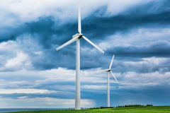 Vindlantgårdar i Skottland - vindturbiner ger grön energi för elektricitet för hushåll i UK royaltyfria foton