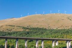 Vindlantgården under berget höjde huvudvägviadukten i italienska berg Royaltyfri Foto