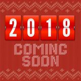 Vindo logo 2018 anos novos, conceito do cartão no fundo do teste padrão feito malha Contador análogo do ano no contexto de Foto de Stock