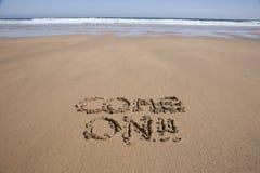 Vindo no texto na praia da areia Imagem de Stock