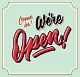 Vindo nos nós somos etiqueta letttering da porta da loja da tipografia da mão aberta do vintage imagem de stock
