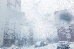 Vindruta från inre bilen under tungt snöfall arkivbild