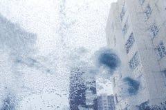 Vindruta från inre bilen under tungt snöfall royaltyfria bilder