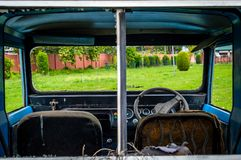 Vindrutan för inre fönster för bilen ser den brutna brutna igenom Royaltyfri Fotografi