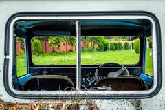 Vindrutan för inre fönster för bilen ser den brutna brutna igenom Arkivbild