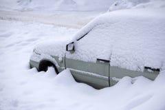 Vindrutetorkare av en snö täckte bilen efter tungt snöfall arkivbilder
