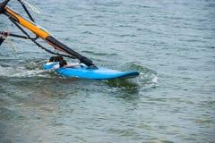 Vindsurfa detaljer En surfare rider p? havet royaltyfria bilder