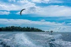 Vindsurfa i en blå lagun arkivfoton