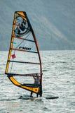 Vindsurfa på sjön Garda, Italien royaltyfria bilder